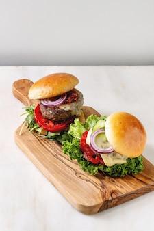 Hausgemachte hamburger mit rindfleisch