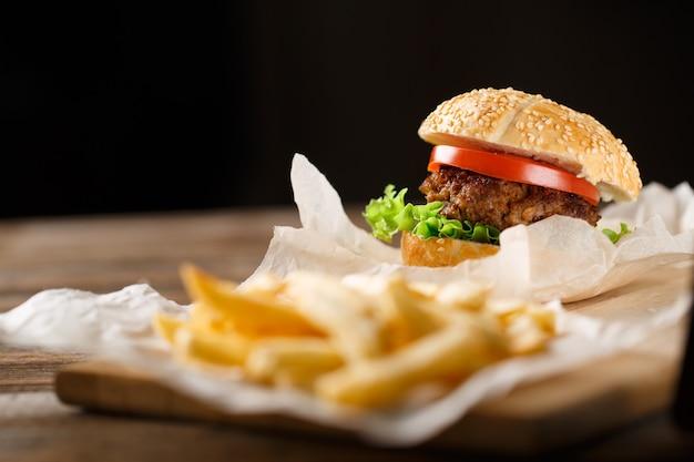 Hausgemachte hamburger und pommes frites auf holztisch