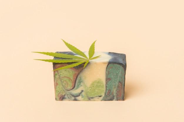 Hausgemachte hanfseife und grünes blatt marihuana. spa bio-seife. bio-hautpflegeprodukt mit medizinischem cbd.