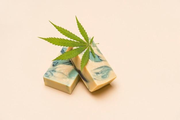 Hausgemachte hanfseife und grünes blatt marihuana