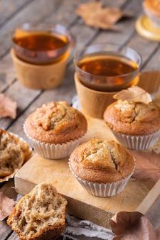Hausgemachte herbstkuchen oder muffins mit nüssen und gewürzen