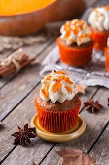 Hausgemachte herbstkürbis cupcakes oder muffins mit nüssen und gewürzen