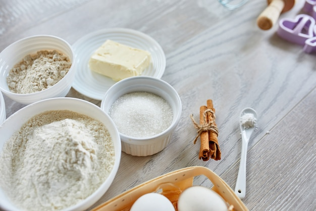 Hausgemachte herstellung von frischen gesunden keksen aus natürlichen zutaten