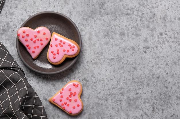 Hausgemachte herzförmige kekse auf weißem tisch.