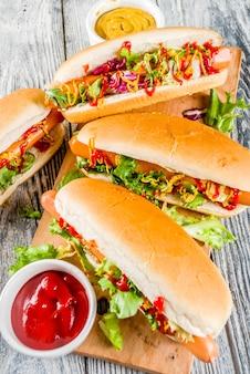 Hausgemachte hot dogs mit saucen