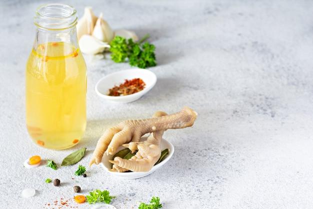 Hausgemachte hühnerbrühe mit gemüse