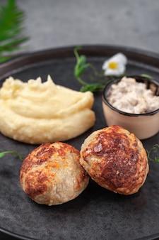 Hausgemachte hühnerfleisch pastetchen mit sauce, kartoffelpüree