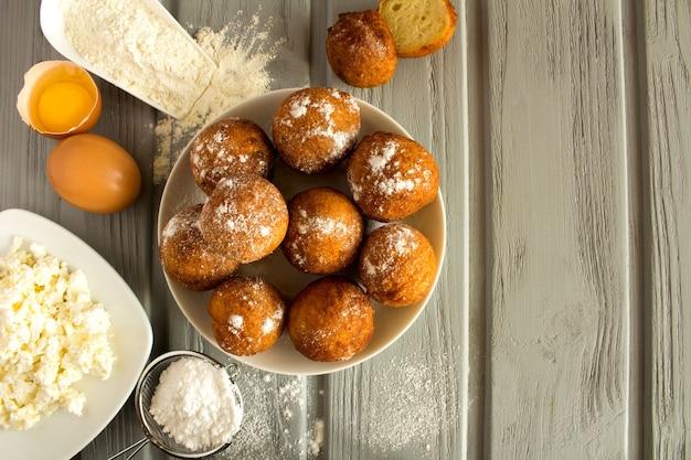 Hausgemachte hüttenkäse donuts und zutaten