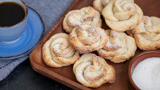 Hausgemachte hüttenkäse shortbread cookies form rose dunkler hintergrund kaffeezeit