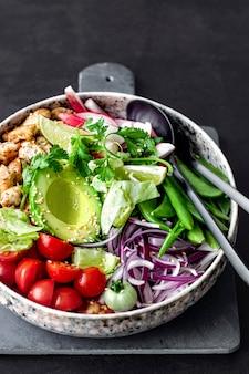 Hausgemachte huhn und gemüse salat rezept idee