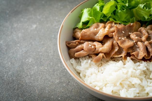 Hausgemachte japanische donburi-reisschale aus schweinefleisch