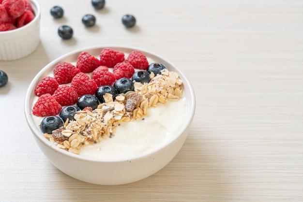 Hausgemachte joghurtschale mit himbeere, blaubeere und müsli. gesunde ernährung
