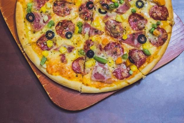Hausgemachte käsepizza mit salami, leckere pizza mit cheddar