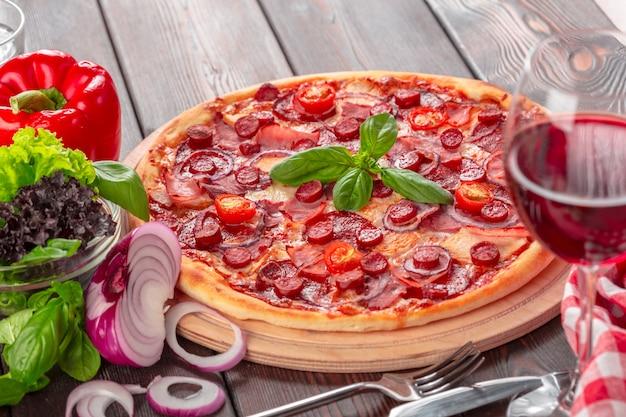Hausgemachte käsepizza mit salami