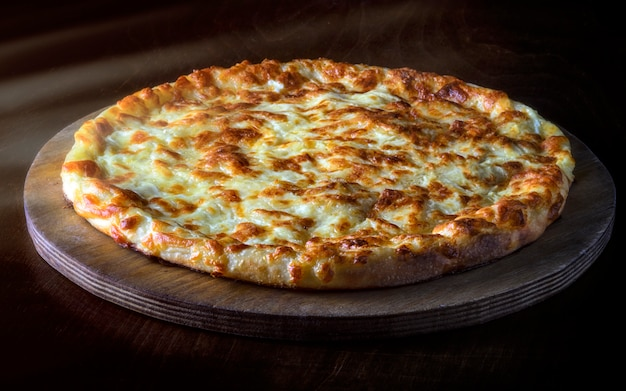 Hausgemachte käsepizza