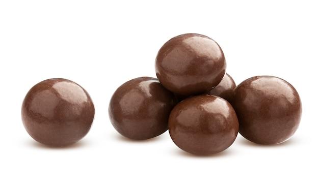 Hausgemachte kakaokugeln, dragee mit schokolade lokalisiert auf weiß