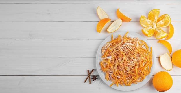 Hausgemachte kandierte orangenschalen mit orangen