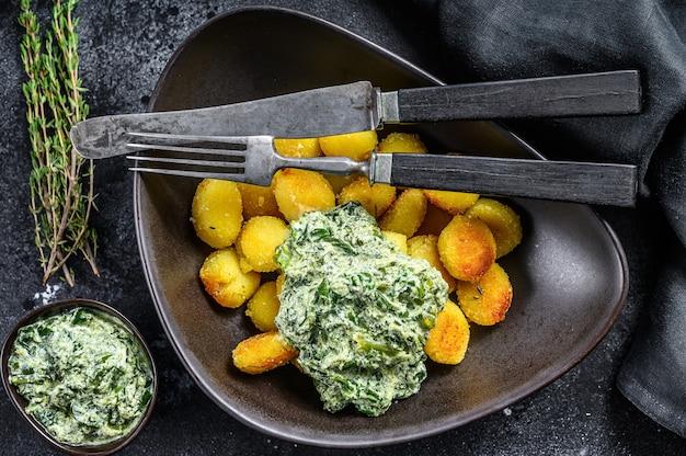Hausgemachte kartoffel-gnocchi mit spinat in einem teller