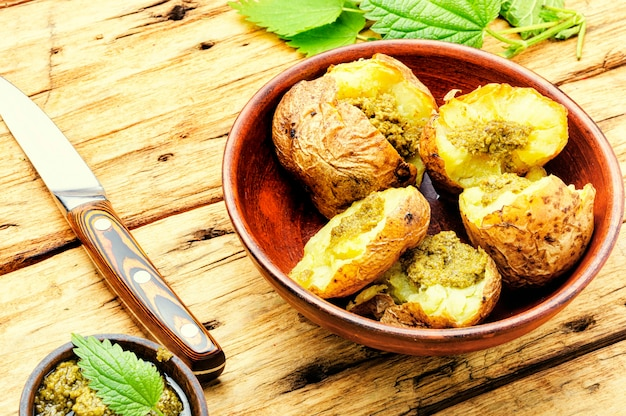 Hausgemachte kartoffel mit grüns.