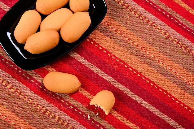 Hausgemachte kekse auf einem keramikteller