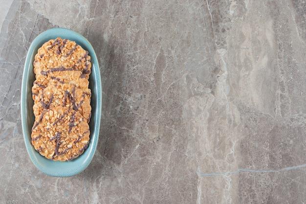 Hausgemachte kekse auf einem teller auf marmor.