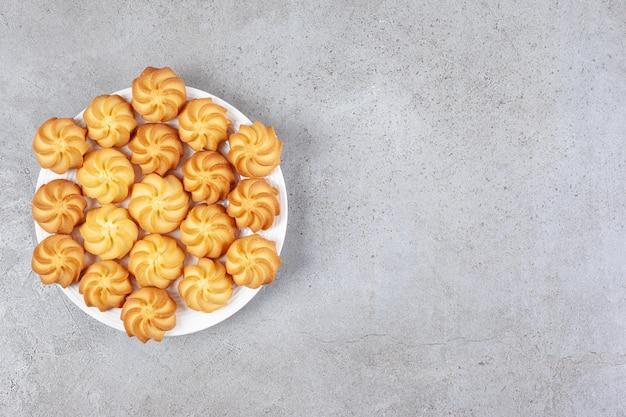 Hausgemachte kekse auf einem teller auf marmorhintergrund.
