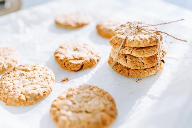 Hausgemachte kekse auf weißem tisch.