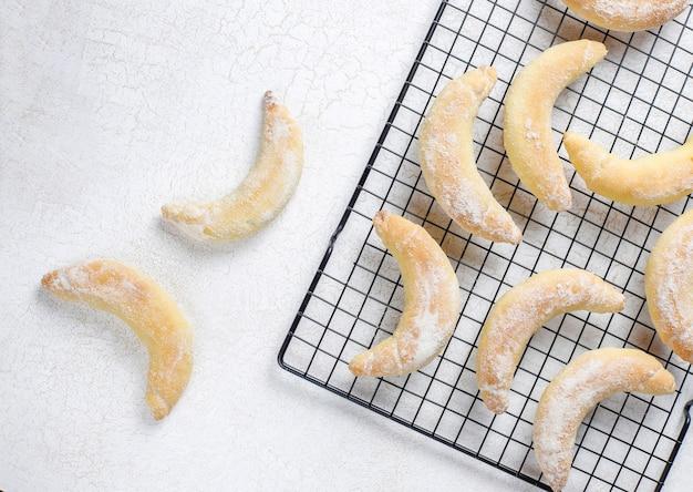 Hausgemachte kekse in bananenform mit quarkfüllung