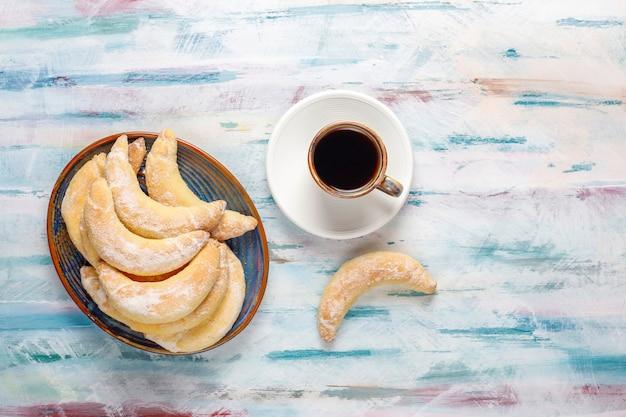 Hausgemachte kekse in bananenform mit quarkfüllung.