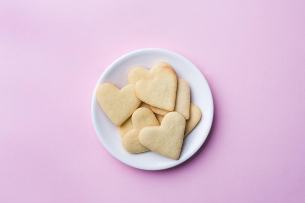Hausgemachte kekse in form eines herzens.