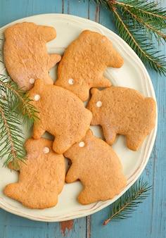 Hausgemachte kekse (kekse) in form von schafen und honig