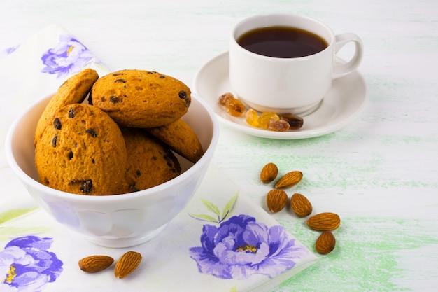 Hausgemachte kekse, mandeln und tee
