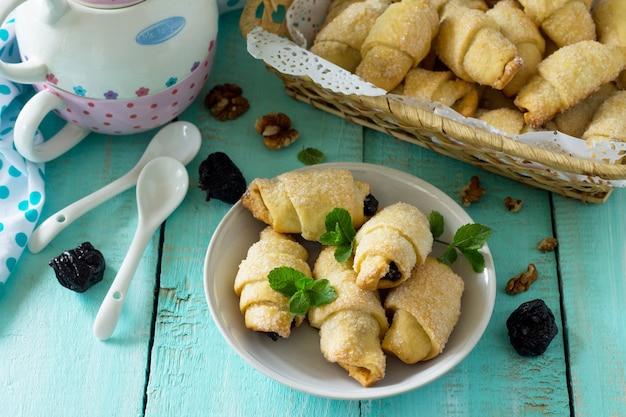 Hausgemachte kekse mit getrockneten pflaumen und walnüssen auf einem rustikalen holztisch freiraum für ihren text