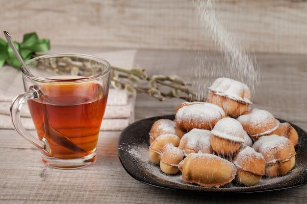Hausgemachte kekse mit kondensmilch gefüllt mit nüssen