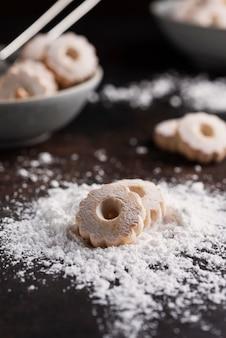 Hausgemachte kekse mit puderzucker