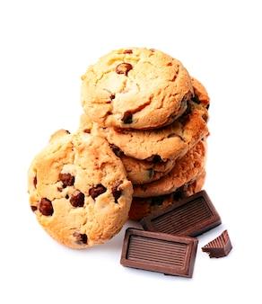 Hausgemachte kekse mit schokolade auf weißem hintergrund