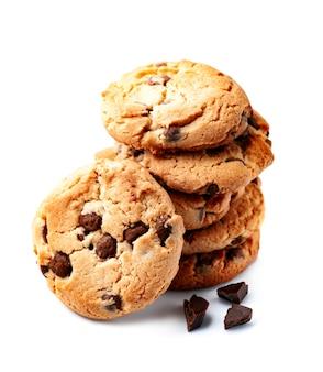 Hausgemachte kekse mit schokoladensplitter pn weißen hintergründen