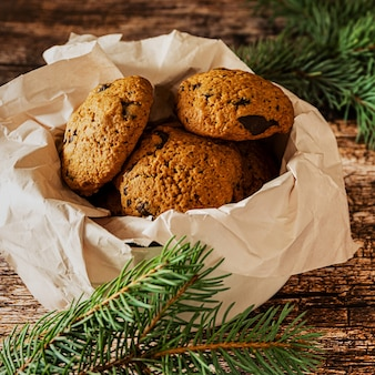 Hausgemachte kekse mit schokoladenstückchen in einer schüssel auf dunklem holzhintergrund