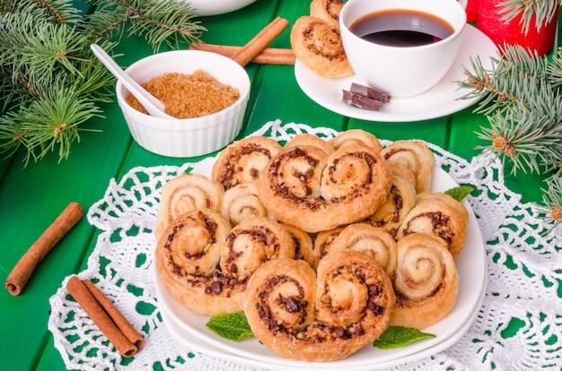 Hausgemachte kekse mit walnüssen und schokolade zu weihnachten oder neujahr