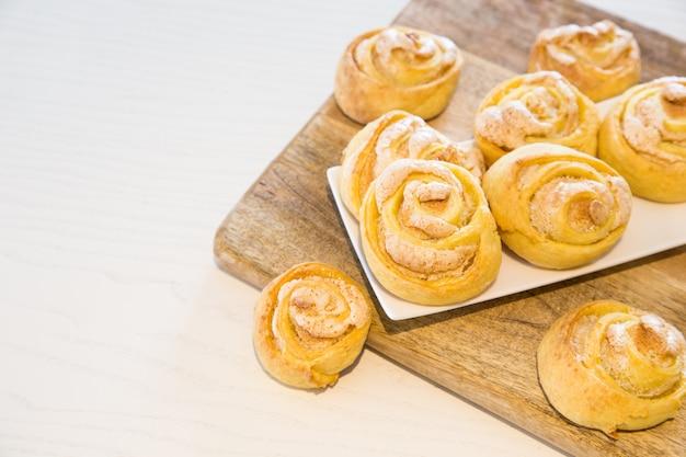 Hausgemachte kekse mit zucker und baiser.