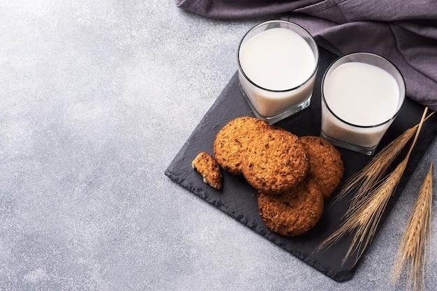 Hausgemachte kekse müsli hafer und ein glas milch