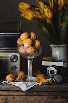 Hausgemachte kekse nüsse mit gekochter kondensmilch. retro-stil