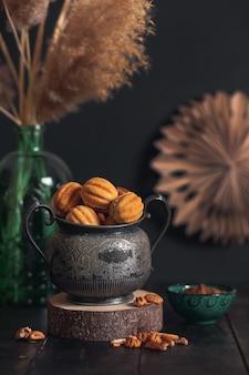 Hausgemachte kekse nüsse - oreshki mit kondensmilch auf vintage glas.