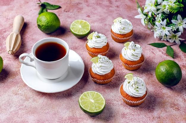 Hausgemachte key lime cupcakes mit schlagsahne und limettenschale, selektiver fokus