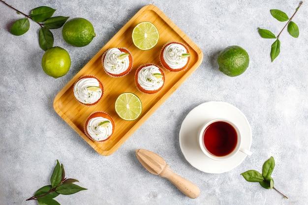 Hausgemachte key lime cupcakes mit schlagsahne und limettenschale