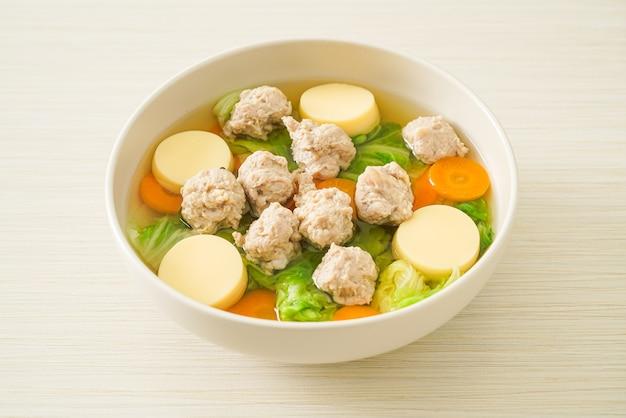 Hausgemachte klare suppe mit tofu und hackfleischschale