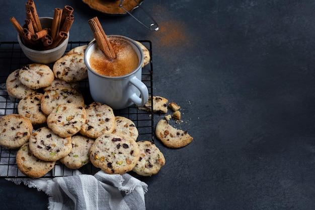Hausgemachte knusprige kekse mit pistazien, kirsche und butter
