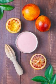 Hausgemachte köstliche blutorangenglasur mit frischen blutorangenfrüchten.
