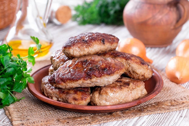 Hausgemachte köstliche fleischkoteletts in teller auf einem tisch