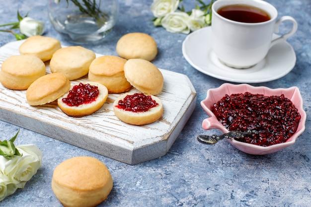Hausgemachte köstliche kekse, die mit himbeermarmelade dienen, draufsicht